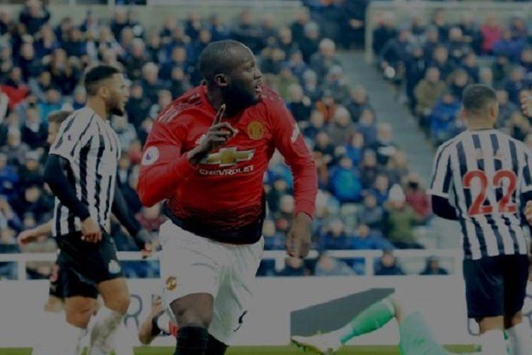 Gaya selebrasi Romelu Lukaku pada pertandingan Newcastle United vs Manchester United di Stadion St. James Park dalam lanjutan Liga Inggris, 2 Januari 2019.