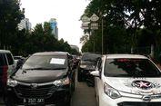 Mobil Taksi Online Diparkir di Jalan, Ruas Medan Merdeka Selatan Macet