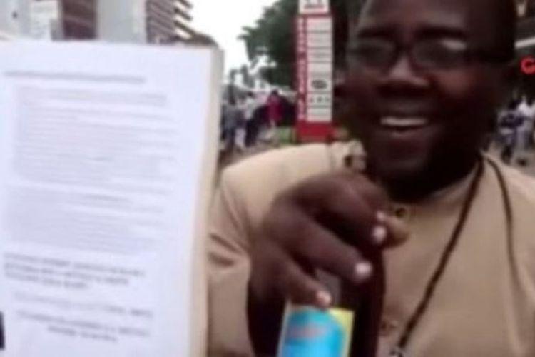Onesmo Machibya, atau Nabii Tito, dalam cuplikan video yang memperlihatkan dia tengah berkhotbah sambil menggenggam bir.