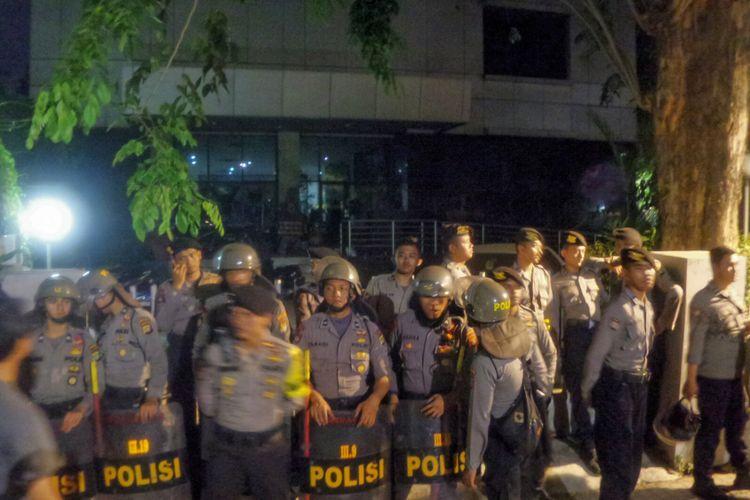 Kantor Yayasan Lembaga Hukum Indonesia (YLBHI) tampak mencekam. Pantauan Kompas.com, gerbang kantor YLBHI dikunci rapat dan dijaga oleh puluhan aparat kepolisian.   Kantor YLBHI nampak gelap. Lampu-lampu dimatikan. Hanyaa beberapa orang saja yang duduk-duduk di tangga menuju pintu masuk yamg tertutup rapat.  Sejak pukul 21.30 WIB, Puluhan massa yang mengklaim dari kelompok anti-komunis menggelar aksi unjuk rasa di depan  kantor Yayasan Lembaga Bantuan Hukum Indonesia (YLBHI), Menteng, Jakarta Pusat, Minggu (17/9/2017).