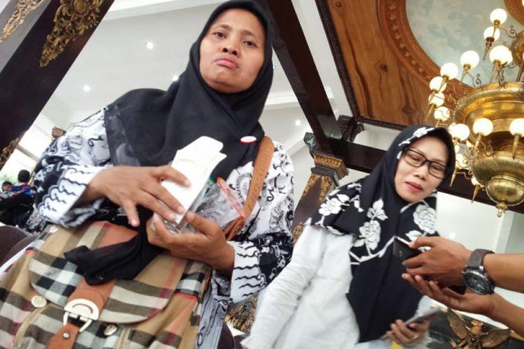 Samiyati (kiri), guru honorer di SDN Pulosari 1 Kecamatan Bareng, Kabupaten Jombang, Jawa Timur.