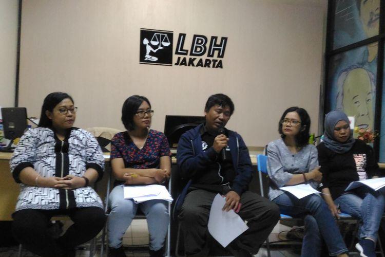 (Kiri-kanan) Savitri dan Oky Wiratama (LBH Jakarta), Boby Alwi (SBMI), Risca Dwi (Solidaritas Perempuan), dan Yatini Sulistyowati (KSBSI) mengadakan konferensi  yang dihelat di kantor LBH, Jakarta, Sabtu (3/11/2018). Dalam acara tersebut, LBH dan organisasi buruh lainnya menyatakan sikap tegas terhadap meninggalnya TKI Tuti Tursilawati.