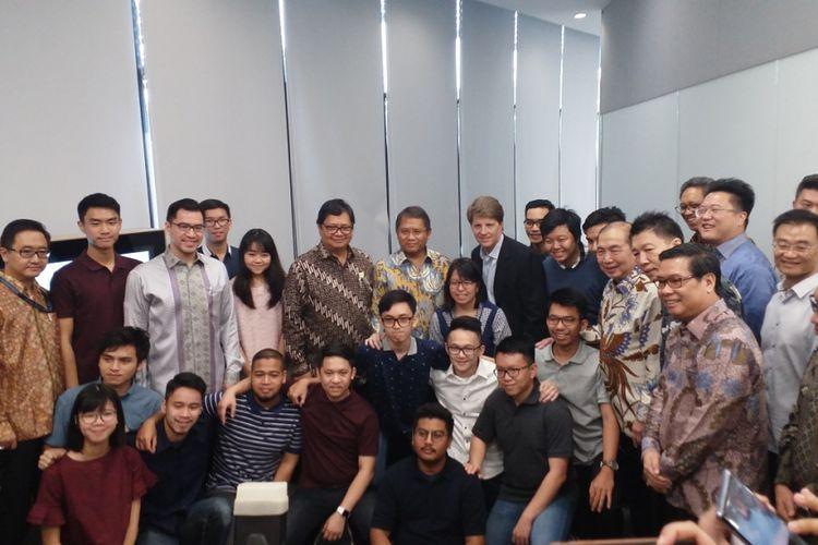 Menteri Perindustrian Airlangga Hartarto serta Menteri Komunikasi dan Informatika Rudiantara berfoto bersama mahasiswa Universitas Bina Nusantara yang menjadi peserta Apple Developer Academy, BSD City, Tangerang, Banten, Senin (7/5/2018).