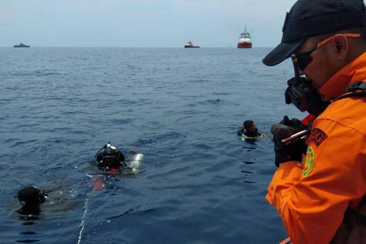 Personel Basarnas melakukan penyelaman untuk mencari korban pesawat Lion Air bernomor penerbangan JT-610 rute Jakarta-Pangkalpinang yang jatuh di laut utara Karawang, Jawa Barat, Senin (29/10/2018).