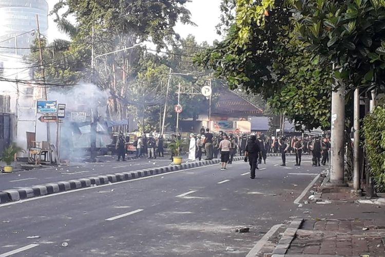 Massa masih nekat lempari batu dan bom molotov di sekitar Asrama Brimob, Jalan Ks. Tubun, Jakarta Barat pada Rabu (22/05/2019).