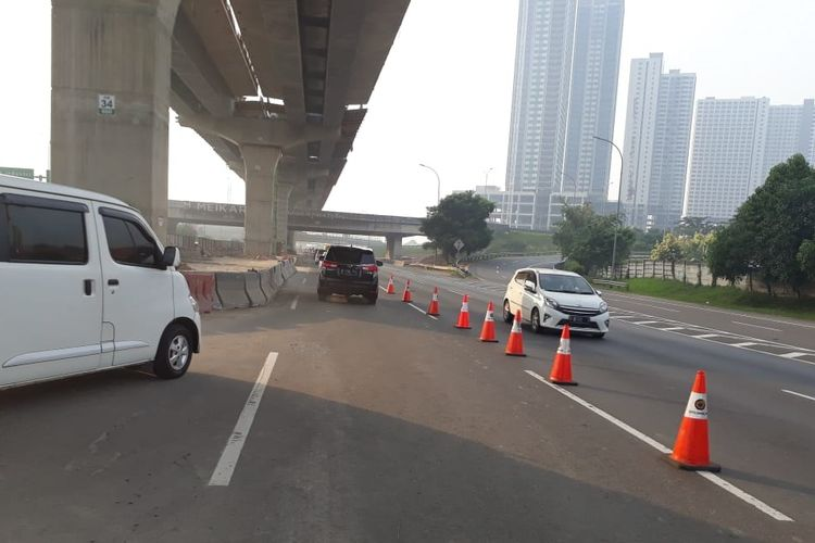Contraflow di Jalan Tol Jakarta-Cikampek.