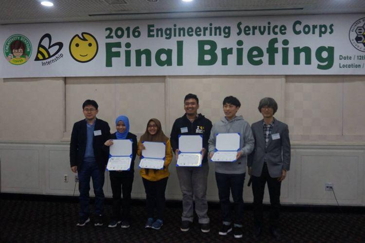 Festy (baju kuning) dan tim saat menerima penghargaan di Korea.