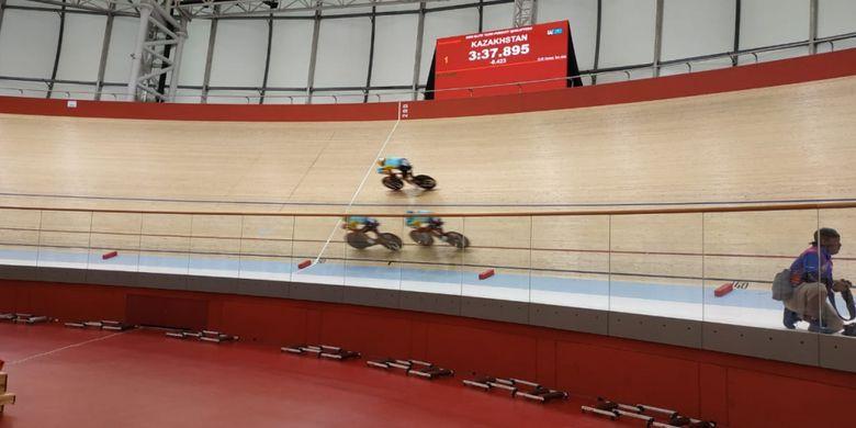 Atlet balap sepeda Kazakstan sedang menjalani perlombaan kualifikasi team pursuit Asian Track Championships 2019, di Jakarta International Velodrome, Rawamangun, Jakarta Timur, Rabu (9/1/2019).
