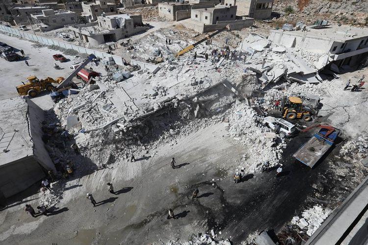 Kondisi bangunan tempat gudang senjata yang meledak di kota Sarmada, provinsi Idlib, Suriah pada Minggu (12/8/2018). Setidaknya 39 orang dilaporkan tewas akibat ledakan.