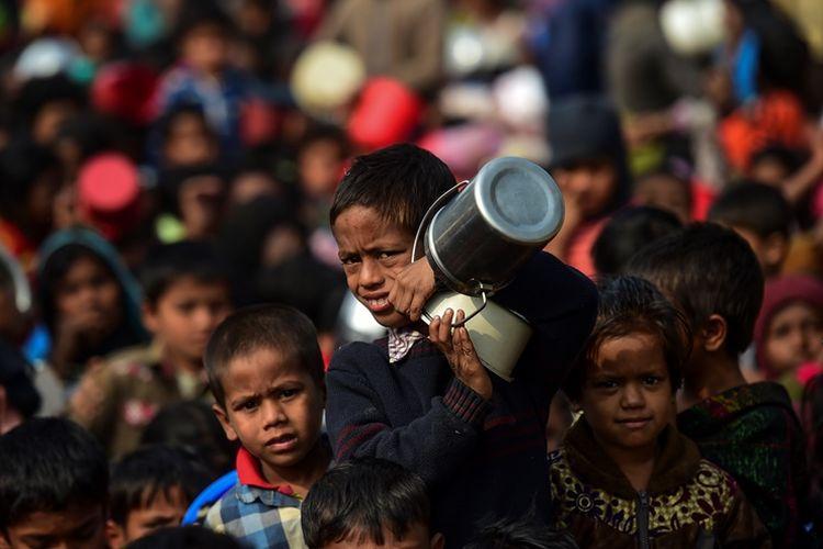 Anak-anak pengungsi Muslim Rohingya tengah menanti pembagian bantuan makanan di kamp pengungsian di Thankali, distrik Ukhia, Bangladesh.