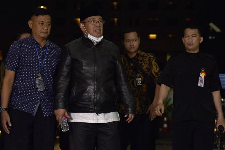 Calon gubernur Sulawesi Tenggara 2018-2023, Asrun (kedua kiri) dikawal petugas saat tiba di Gedung Merah Putih Komisi Pemberantasan Korupsi (KPK), Jakarta, Rabu (28/2/2018) malam. KPK melakukan Operasi Tangkap Tangan (OTT) terhadap Wali Kota Kendari Adriatma Dwi Putra, cagub Sultra Asrun, mantan Kepala BPKAD Kendari Fatmawati Faqih dan pemilik dan Direktur PT Indo Jaya dan PT Sarana Bangun Nusantara Hasmun Hamzah.