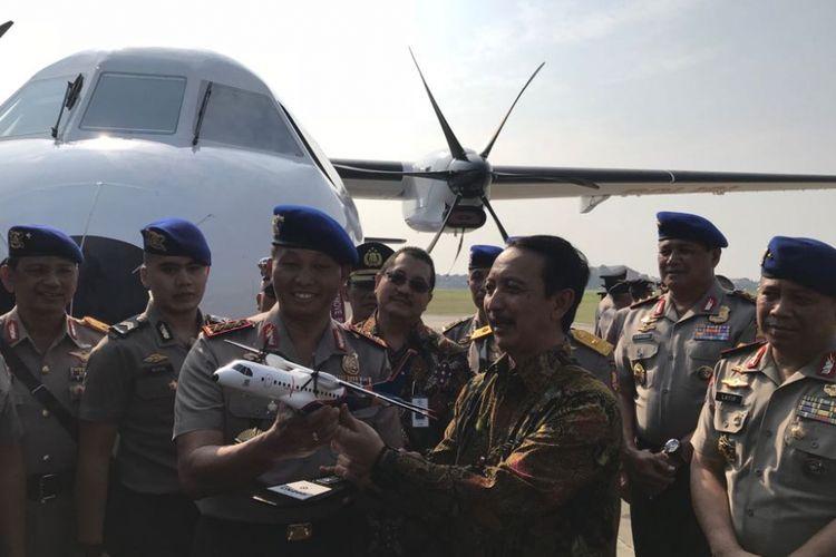 Kabaharkam Polri Komjen Moechgiyarto bersama Direktur Utama PT Dirgantara Indonesia Elfien Goentoro saat penyerahan pesawat CN295 di Pondok Cabe, Tangerang Selatan, Jumat (7/9/2018).