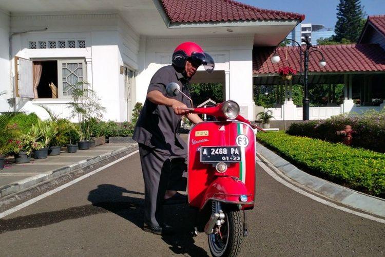 Wali Kota Bandung Oded M Danial dan Vespa Sprint 1963 miliknya. Gambar diambil pada di rumah dinasnya, Jalan Dalemkaum, Kota Bandung, Jawa Barat, Senin (22/7/2019).