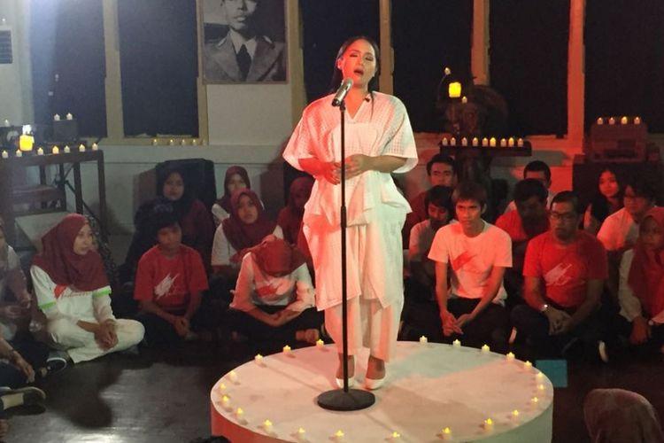 Gita Gutawa bernyanyi di Gedung Galeri Foto Jurnalistik ANTARA, Pasar Baru, Jakarta Pusat, Jumat (11/8/2017). Ia menyanyikan beberapa lagu dari album terbarunya yang berjudul Gita Puja Indonesia.