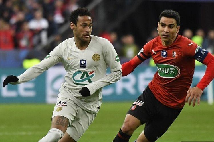 Penyerang Paris Saint-Germain, Neymar (kiri), memperebutkan bola dengan kapten Rennes, Benjamin Andre, dalam pertandingan final Piala Perancis antara Rennes vs PSG) pada 27 April 2019 di Stade de France.