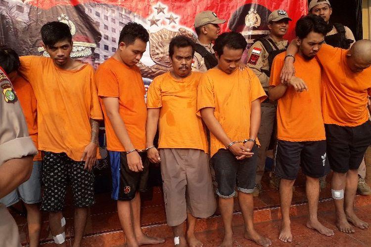 Polres Metro Jakarra Barat mengungkap 7 orang tersangka pelaku pencurian dengan pemberatan dan kekerasan pada Rabu (10/10/2018) di Mapolres Metro Jakarta Barat.