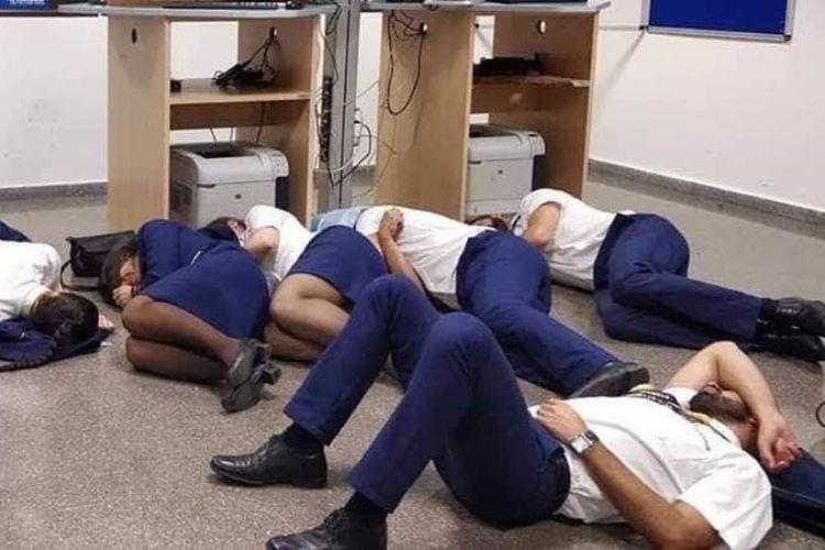Sebanyak enam awak kabin maskapai Ryanair tidur di lantai bandara Malaga, Spanyol, sebagai bentuk protes terhadap perlakuan manajemen. (Twitter/Jim Atkinson)