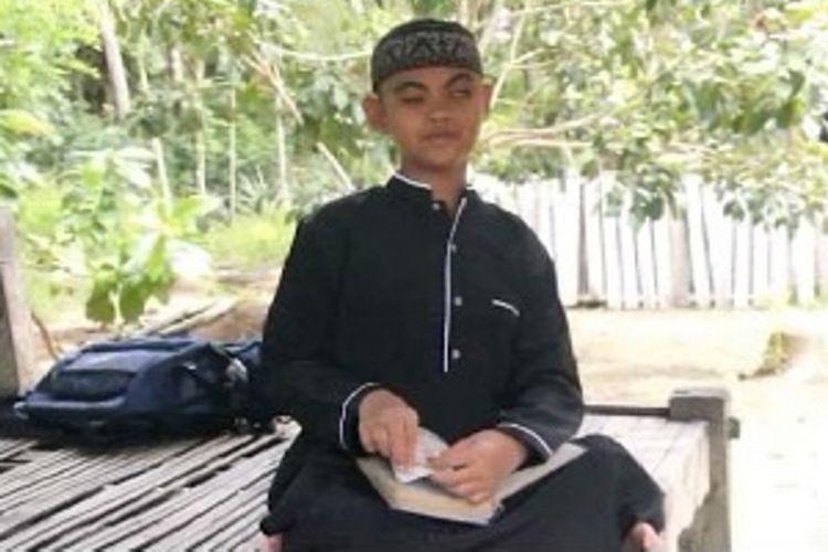 Fahrul, bocah tuna netra berusia 12 tahun asal Mamuju Tengah, Sulawesi Barat yang viral di medsos karena mampu menghafal Al Quran 30 juz dan perkalian dengan lancar hanya dengan mendengarkan, saat ditemui di rumahnya, Jumat (25/1/2019).