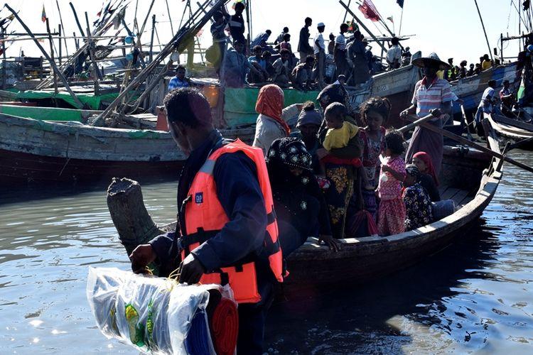 Angkatan Laut Myanmar mengawal warga Rohingya kembali ke kamp penampungan di Sittwe, Rakhine. Warga Rohingya banyak yang mencoba berlayar ke Malaysia untuk mendapat kehidupan lebih baik.