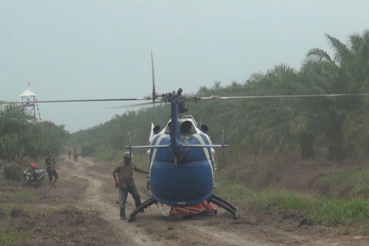 Sebuah helikopter water bombig jenis Bolvo mendarat darurat di tengah lokasi jalan tol yang akan ditimbun di Desa Sukarame Ogan Ilir. Diduga helikopter tersebut mengalami kerusakan mesin