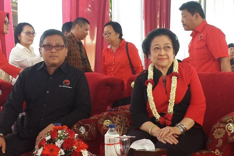 Ketua Umum PDI Perjuangan Megawati Soekarnoputri didampingi Sekretaris Jenderal DPP PDI Perjuangan saat menghadiri peresmian Kantor DPC PDI Perjuangan Kabupaten Malang, Minggu (10/9/2017)