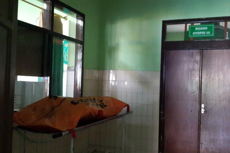 Mayat PA yang diduga korban pembunuhan oleh oknum TNI di Kamar Mayat Rumah Sakit Saiful Anwar Kota Malang, Selasa (29/5/2018)