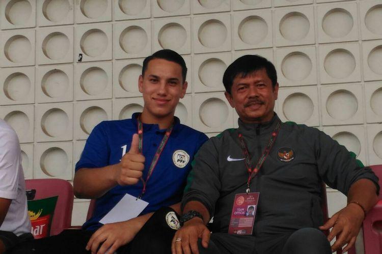 Kiper timnas U-19 Filipina, Quincy Kammeraad, bersama pelatih timnas U-19 Indonesia, Indra Sjafri.