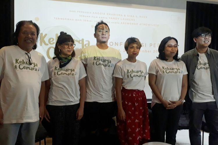 (Ki-ka) Arswendo Atmowiloto, Anggia Kharisma, Ringgo Agus Rahman, Nirina Zubir, Gina S. Noer, dan Yandy Laurens ditemui dalam jumpa pers film Keluarga Cemara di Kinosaurus, Kemang, Jakarta Selatan, Jumat (29/9/2017).
