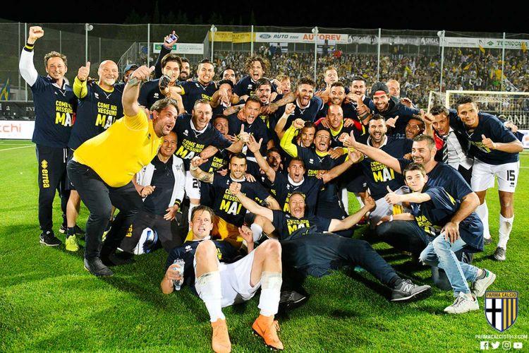 Pemain dan ofisial tim Parma merayakan keberhasilannya naik ke kasta tertinggi Liga Italia, yaitu Serie A.