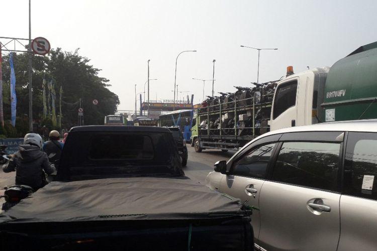 Kemacetan arus lalu lintas di Jalan Yos Sudarso, Jakarta Utara, Rabu (11/7/2018).