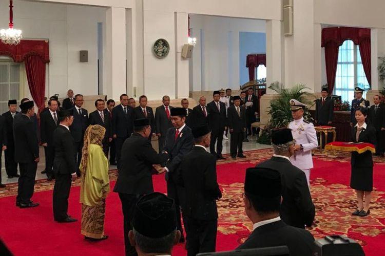 Presiden Joko Widodo saat memberikan gelar pahlawan nasional kepada ahli waris 6 orang tokoh bangsa di Istana Negara Jakarta, Kamis (8/11/2018).