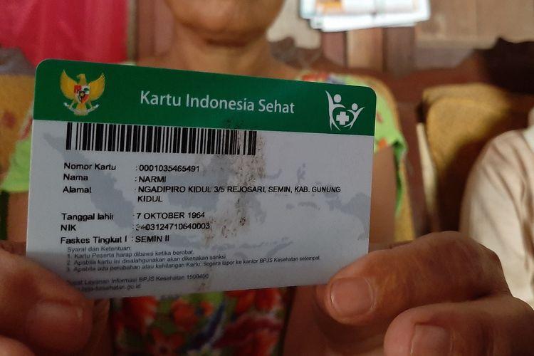 Narmi (55) warga Ngadipiro Kidul 003/005, Rejosari, Semin, Gunungkidul, Menunjukkan KIS yang Sudah Tidak Aktif Jumat (14/6/2019)