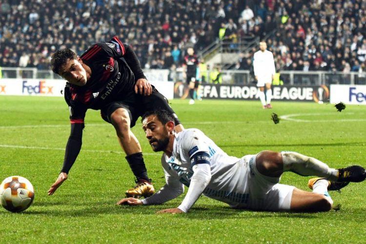Davide Calabria dan Mate Males berebut bola saat AC Milan bertandang ke Rijeka pada pertandingan Liga Europa, Kamis (7/12/2017).