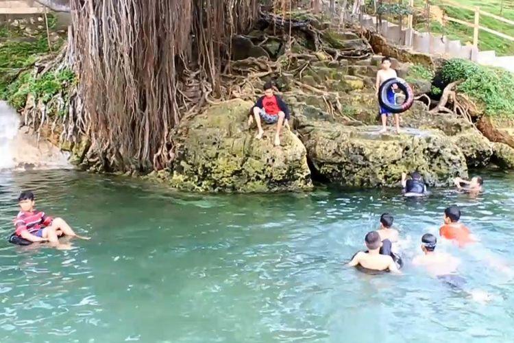 Permandian Topa di desa Labone, Kecamatan Lasalepa, Kabupaten Muna, Sulawesi Tenggara, ini  mempunyai air yang sangat sejuk dan jernih karena mempunyai banyak mata air yang mengalir di dalam kolam tersebut.