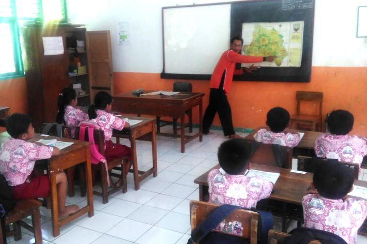 Casman, guru honorer asal Jatigede, Sumedang, Jawa Barat yang telah mengajar sejak tahun 1996. Casman mengajar siswa kelas 4 SDN Ciawi, Jumat (3/5/2019) pagi. AAM AMINULLAH/KOMPAS.com