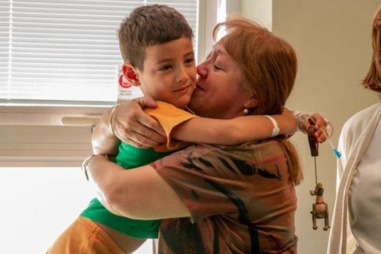 Benjamin Sanchez ketika dipeluk dan dicium ibunya. Bocah berumur lima tahun itu ditemukan setelah hilang selama 24 jam di gurun kawasan barat Argentina.