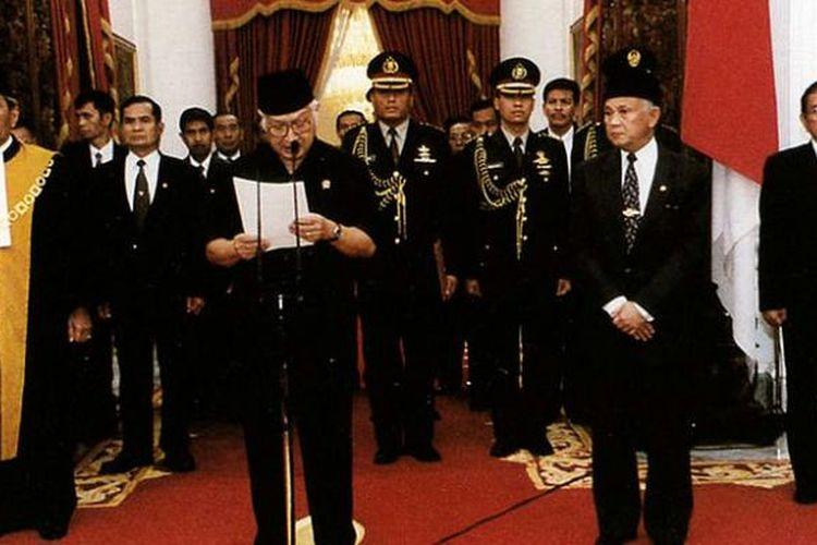 Presiden Soeharto saat mengumumkan mundur dari jabatannya di Istana Merdeka, pada 21 Mei 1998.