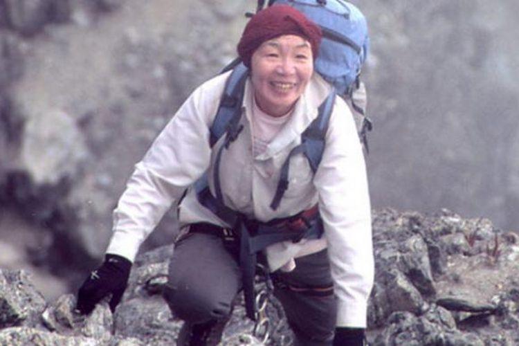 Junko Tabei, perempuan pertama di dunia yang menapakkan kaki di puncak Everest, dari Jepang, meninggal dunia di usia 77 tahun.