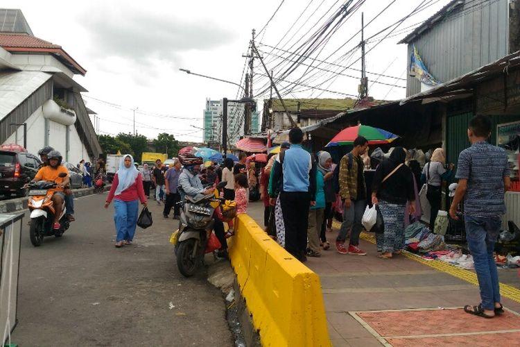 Suasana Jalan Jatibaru Raya, Tanah Abang, Jakarta Pusat, Selasa (12/12/2017).
