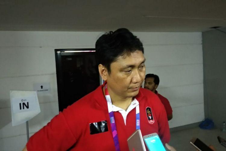Pelatih tim basket putra Indonesia, Fictor Roring, saat berbicara di area mixed zone Hall Basket, Senayan, Jakarta, Selasa (14/8/2018) malam.