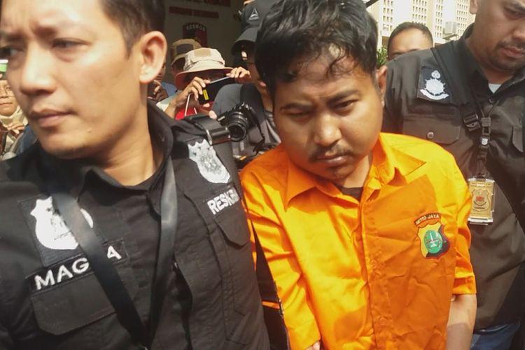 Terduga pembunuh mantan jurnalis Abdullah Fithri Setiawan alias Dufi yang jenazahnya ditemukan di dalam drum, Bogor, Jawa Barat, Minggu (18/11/2018) diserahkan ke Polres Bogor.