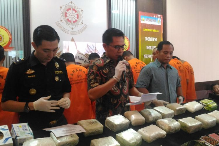 Wakil Direktur Tindak Pidana Narkoba Bareskrim Polri Kombes Krisno.Siregar (tengah) di di Gedung Dittipid Narkoba, Jakarta, Jumat (7/12/2018).
