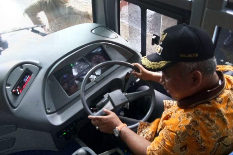Wali Kota Bekasi Rahmat Effendi saat menyetir bus sekolah, Kamis (10/1/2019).