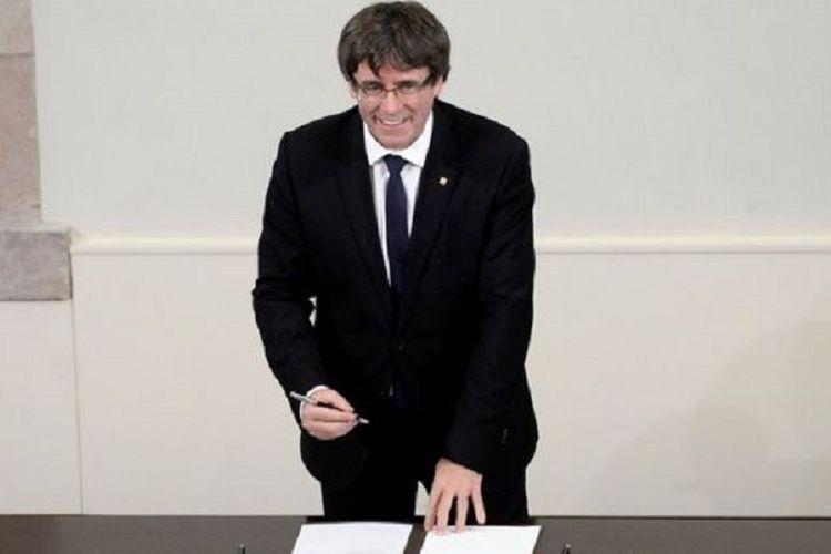 Pemimpin Catalonia, Carles Puigdemont, menandatangani deklarasi kemerdekaan wilayah itu dari Spanyol,  Selasa (10/10/2017) waktu setempat, namun menunda pemisahan diri secara resmi dan menyerukan dialog dengan Madrid.