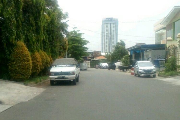 Kendaraan warga RW 7, Perumahan Cosmos, Kedoya Utara, Kebon Jeruk, Jakarta Barat diparkir di tepi jalan, Kamis (12/10/2017).