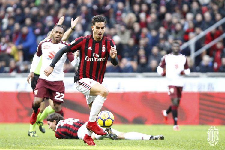Aksi striker AC Milan, Andre Silva, saat laga melawan Torino pada lanjutan laga Serie A, Minggu (26/11/2017).
