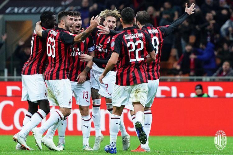Para pemain AC Milan merayakan gol ke gawang Genoa pada pertandingan Liga Italia di San Siro, 31 Oktober 2018.