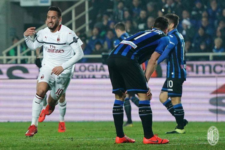 Hakan Calhanoglu merayakan golnya pada pertandingan Atalanta vs AC Milan di Bergamo dalam lanjutan Serie A, Liga Italia, 16 Februari 2019.