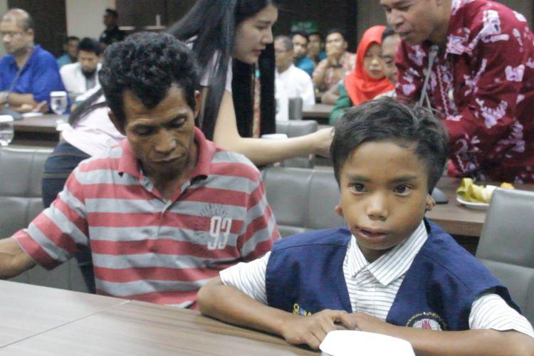 Taufik (7) saat berada di aula RSUP NTB menerima penghargaan  kehormatan sebagai pahlawan penyelamat WNA Malaysia, korban Longsor kawasan Wisata Tiu Kelep, Senaru Lombok Utara, Kamis (21/3/2019).