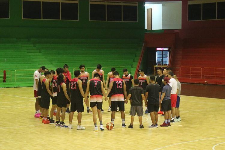 Tim nasional bola basket putra Indonesia menjalani latihan di GOR Soemantri Brodjonegoro, Kuningan, Jakarta, Kamis (13/6/2019).